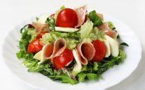 北海道産モッツァレラ&生ハムを味わうカプレーゼ風サラダ