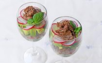 牛肉とアボカドのワイングラスサラダ